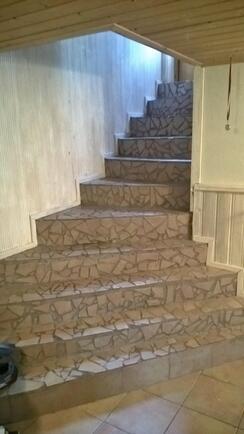 portaat takkahuoneesta keskikerrokseen