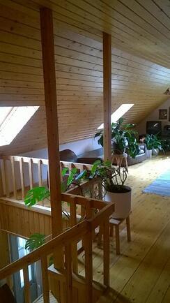 yläkerran aulatilaa portaiden päässä