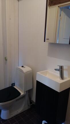 Huoneiden välissä on vessa.