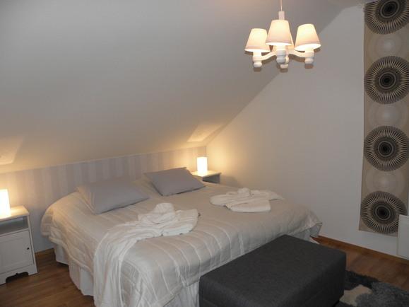 Makuuhuoneet ovat tilavia ja valoisia.