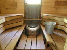Piharakennuksen saunassa on ainavalmis kiuas ja mahonkilauteet