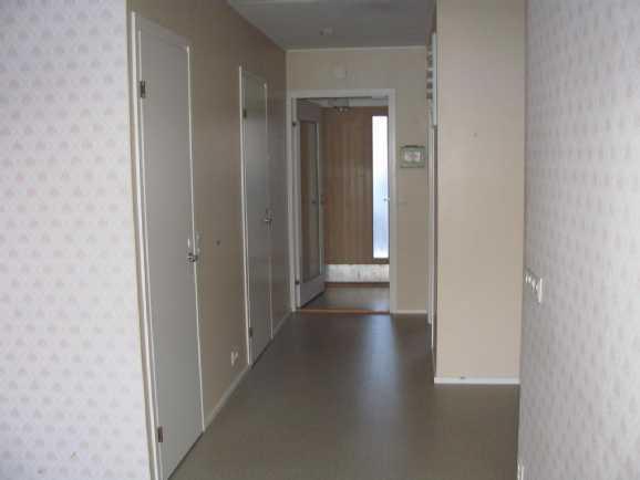 Sisäänkäynti, vasemmalla WC ja PH+S.