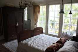 Makuuhuone, jossa ranskalainen parveke ja näkymä hevostarhoille. Käynti kahteen vaatehuoneeseen, WC:hen ja budoaariin.