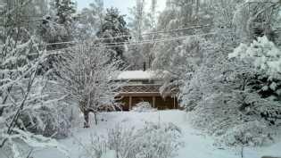 Talo rannaltapäin talvella