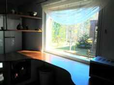 Vain keittiön ikkunasta näkyy naapurin pihaan.