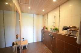 pesuhuoneessa 2 suihkua