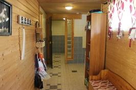 Saunaosaston pukuhuone ja kodinhoitonurkkaus
