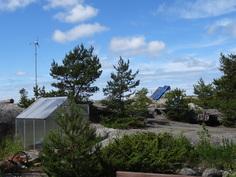 Tuuligeneraattori ja aurinkopanelit