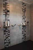 Suihkuhuoneessa kaksi suihkua