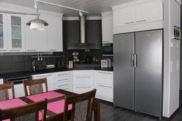 Keittiössä myös induktioliesi, sekä täysikorkuiset jääkaappi ja pakastin
