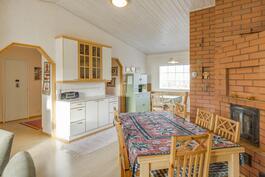 Makuuhuoneen ovelta näkymä keittiöön ja eteisaulaan