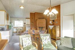 Avara olohuone ja yhdistetty ruokailutila nostetulla kattokorkeudella