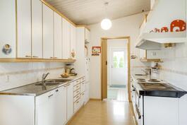 Keittiöstä näkymä kodinhoitohuoneeseen