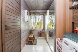 Kodinhoitohuone, vasemmalla ovi kylpytiloihin