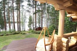 Näkymä mökiltä saunalle ja rantaan