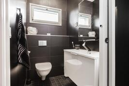 Erillinen WC saunaosastolla