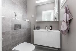 Päämakuuhuoneen yhteydessä oma kylpyhuone