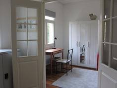 Kirjasto/makuuhuone alakerrassa
