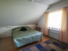 Yläkerran makuuhuone, lähempänä parveketta