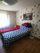 Alakerran isompi makuuhuone