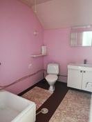 Yläkerran kylpyhuone ja wc