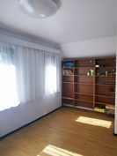 Yläkerran makuuhuone, kauempana parvekkeesta