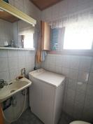Alakerran erillinen wc, pesukoneliitos