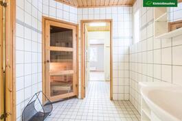 Pesutilojen ja makuuhuoneen välissä on pukuhuone