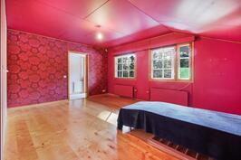 Yläkerran makuuhuone parvekkeelle päin