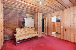 Alakerran huoneesta käynti kylpyhuone- saunatilaan