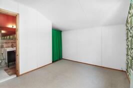 Yläkerrassa myös avo- makuuhuone