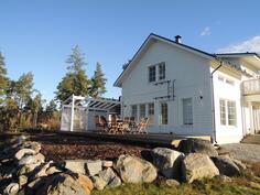 Talon länsipäädyssä iso aurinkoinen terassi