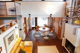 näkymä ylemmän tason olohuoneesta alemman tason olohuoneeseen ja ruokailuhuoneeseen