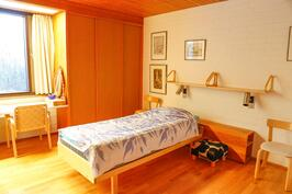 sisääntulokerroksen suurempi makuuhuone jonka yhteydessä suuri vaatehuone