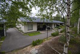 Rakennuksen julkisivu etupihalta kuvattuna