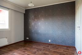 Makuuhuone, jonka yhteydessä vaatehuone.