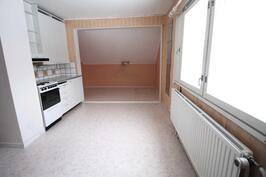 Yläkerran keittiö ja alkovi- Köket och alkoven på andra våningen