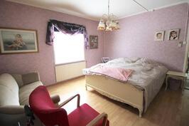 Alakerran 2. makuuhuone- 2. sovrum på nedre våningen
