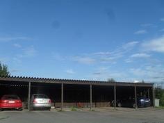 Kiinteistöllä on myös 6-paikkainen autokatosrakennus!