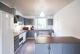 Raikasta ja valoisaa, keittiössä tilaa myös isommalle ruokapöydälle