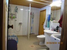 Pesuhuone on tilava, vuonna 2014 kunnostettu tila