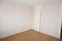 Makuuhuoneessa 2 on vaatehuone