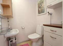 Kauttaaltaan laatoitettu erillinen wc.