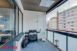 Olohuoneen ja keittiön yhteydessä tilava, lasitettu parveke