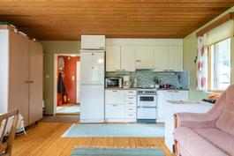 Talo, keittiö ja oleskelutila