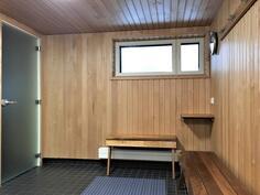 Yhtiön saunatilojen pukuhuone.