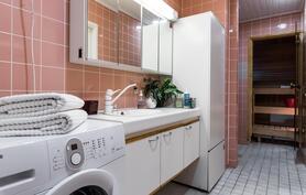 Remontoitu kylpyhuone ja sauna yläkerrassa