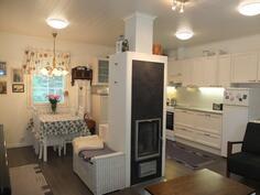Takka on keskellä taloa, olohuoneen ja keittiön välissä
