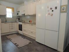 Keittiössä on Puustellin kaapistot. Lattiassa kestävä ja lämmin vinyylilaatta