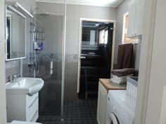 Pesuhuoneessa on pesukoneliitäntä ja ikkuna